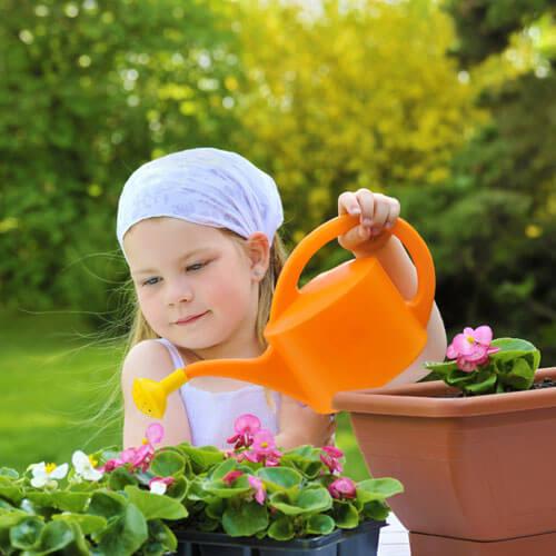 Kislány a kertben